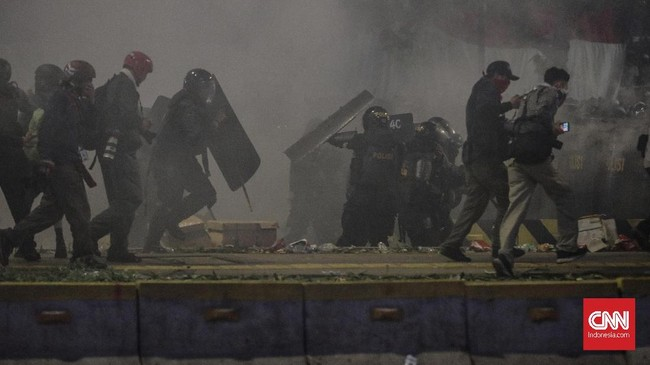 Suasana kondusif tak berlangsung lama. Hanya berselang beberapa menit saja kerusuhan kembali pecah. Lagi, polisi melepaskan tembakan gas air mata ke arah massa untuk memecah kerumunan. (CNN Indonesia/Adhi Wicaksono)