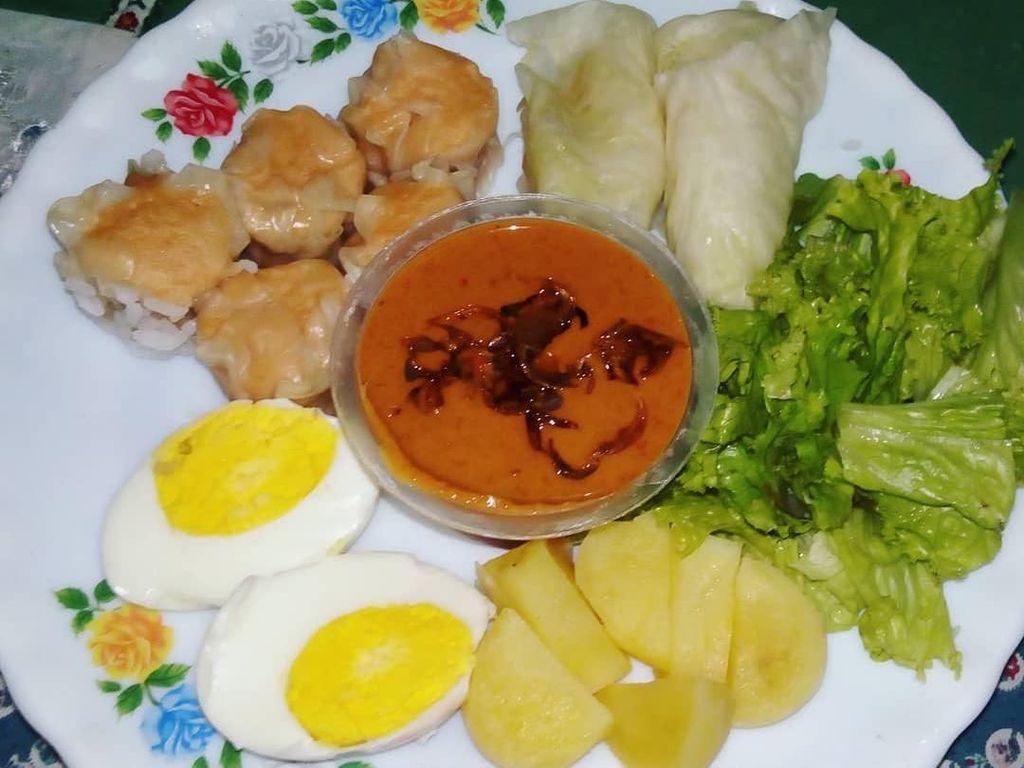 Siomay bisa dibuat sendiri di rumah. Netizen ini menikmati siomay dengan telur, kol dan selada. Foto: Instagram@mistycca
