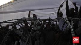 Massa Aksi Buka Puasa Bersama Aparat Dipisahkan Kawat Berduri