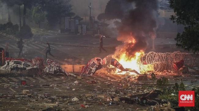 Sedikitnya enam orang tewas akibat rusuh yang terjadi di sekitar kawasan Bawaslu dan daerah lain di ibu kota. Polisi terus menyelidiki pelaku dan otak intelektual di balik rusuh yang terjadi di Jakarta sejak Selasa kemarin. (CNN Indonesia/Safir Makki)