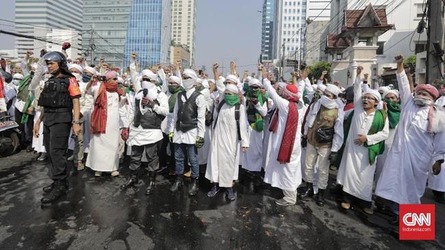 Berdasarkan pantauan CNNIndonesia.com, mereka datang ke lokasi tempat unjuk rasa warga yang dihalau oleh pasukan Brimob sambil bersalawat. (CNN Indonesia/Adhi Wicaksono)