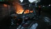 Sejumlah mobil terbakar akibat demo rusuh di Komplek Asrama Brimob usai bentrokan antar massa dengan polisi di gedung Bawaslu, Petamburan, Jakarta, Rabu (22/5) pagi.
