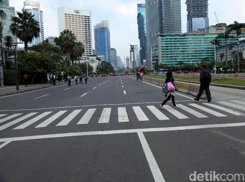 Selang tiga jam kemudian, kericuhan juga terjadi di Jalan Sabang yang tidak jauh dari Sarinah. Berdasarkan pantauan di lapangan, massa mengenakan masker dan membawa batu dan terus melempari aparat kepolisian.
