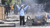 Polisi mencoba menembakan gas air mata saat kerusuhan terjadi di Jalan Jati Baru Raya, Tanah Abang, Jakarta, Rabu (22/5/2019). (ANTARA FOTO/Hafidz Mubarak A)