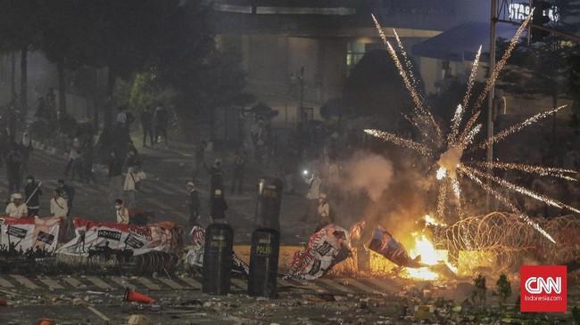 Kerusuhan di Bawaslu hari ini merupakan kelanjutan dari kerusuhan serupa yang pecah sejak Selasa (21/5) malam. Polisi menyebut rusuh kemarin malam dipicu oleh ratusan orang yang memprovokasi aparat. (CNN Indonesia/Adhi Wicaksono)