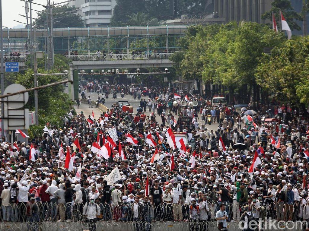 Sejumlah peserta aksi lainnya melakukan orasi dalam aksi demo 22 Mei 2019 tersebut. Tuntutan mereka adalah meminta Capres pilihannya Prabowo dimenangkan dalam pilpres 2019.