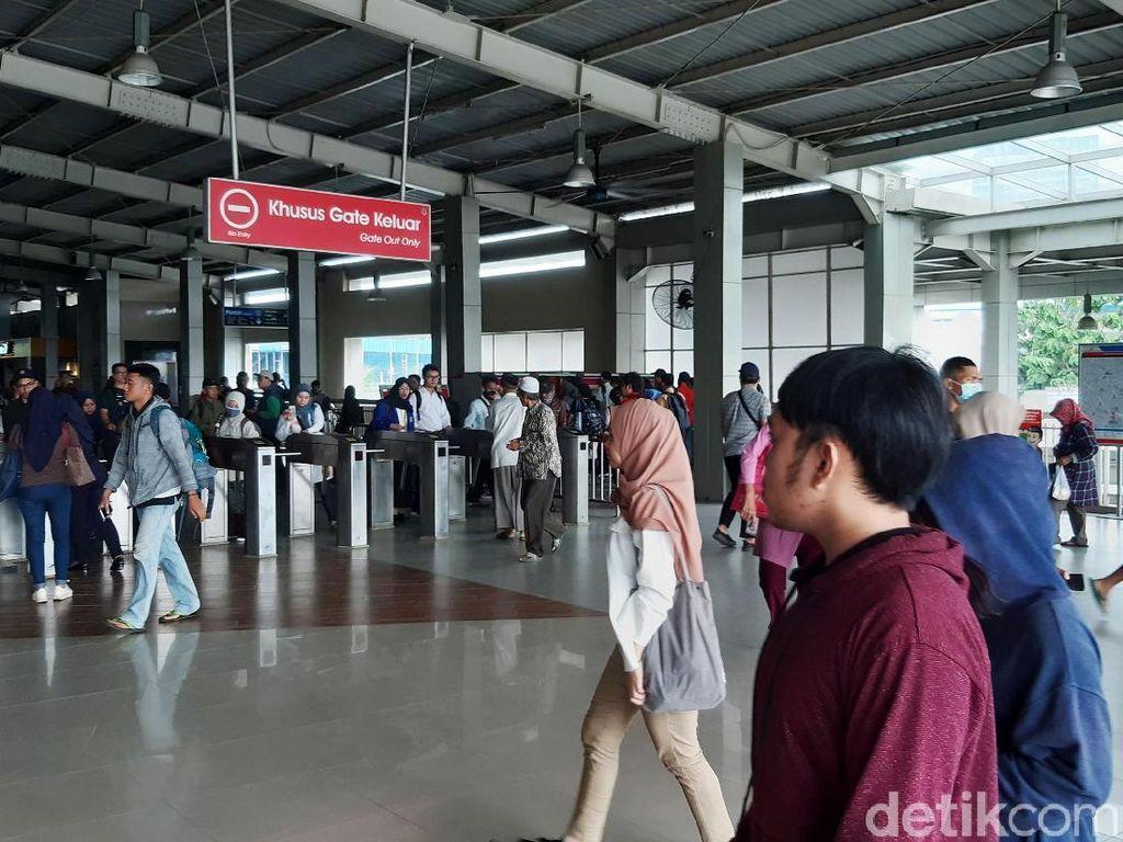 Stasiun Kebayoran pun jadi lebih ramai dari hari biasa. Stasiun tampak lebih ramai dan padat.