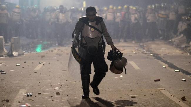 Polisi dibantu personel TNI berupaya mengendalikan massa. Sejumlah orang juga telah ditangkap karena diduga sebagai provokator. (ANTARA FOTO/M Risyal Hidayat/wsj).