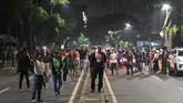 Massa enggan membubarkan diri dan ngotot agar rekan mereka yang sebelumnya ditahan polisi untuk dibebaskan. (BAY ISMOYO/AFP)