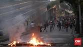 Aparat dan massa terus berbalas gas air mata dan mercon. (CNN Indonesia/Andry Novelino)
