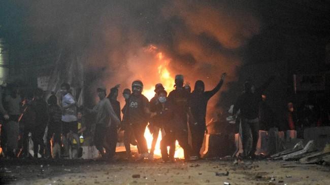Aksi massa di Slipi sempat mereda Rabu (22/5) sekitar pukul 21.00 WIB. Massa sempat bersalawat dan bernegosiasi dengan aparat. namun, selang 30 menit kemudian kericuhan kembali pecah. (ANTARA FOTO/M Risyal Hidayat/wsj).