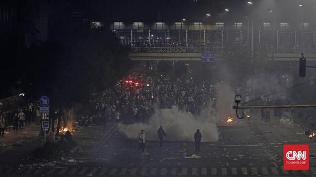 Kerusuhan sempat berhenti sekitar pukul 19.30 WIB. Saat itu perwakilan massa aksi dan polisi menemukan kata sepakat. Sebagian massa membubarkan diri, namun tak sedikit yang masih bertahan. (CNN Indonesia/Adhi Wicaksono)