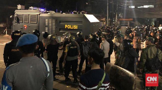 Massa Lempar Batu, Polisi Semprotkan Water Cannon