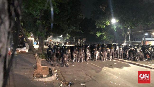 Dilempari Molotov, Polisi Pilih Bertahan di Tenabang