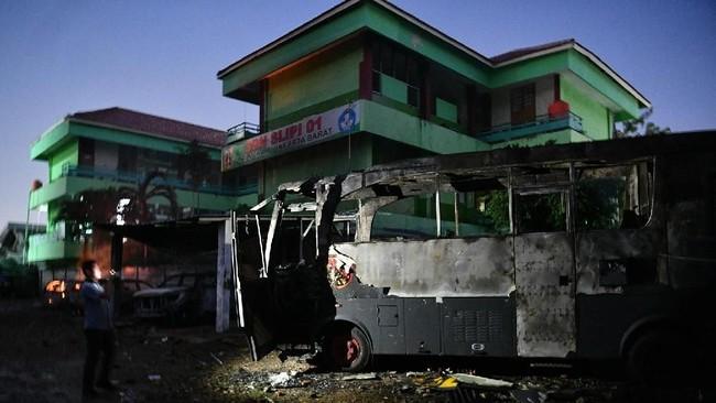 Sejumlah mobil terbakar akibat demo rusuh di Komplek Asrama Brimob, Petamburan, Jakarta, Rabu (22/5/2019). ANTARA FOTO/Sigid Kurniawan/pras.