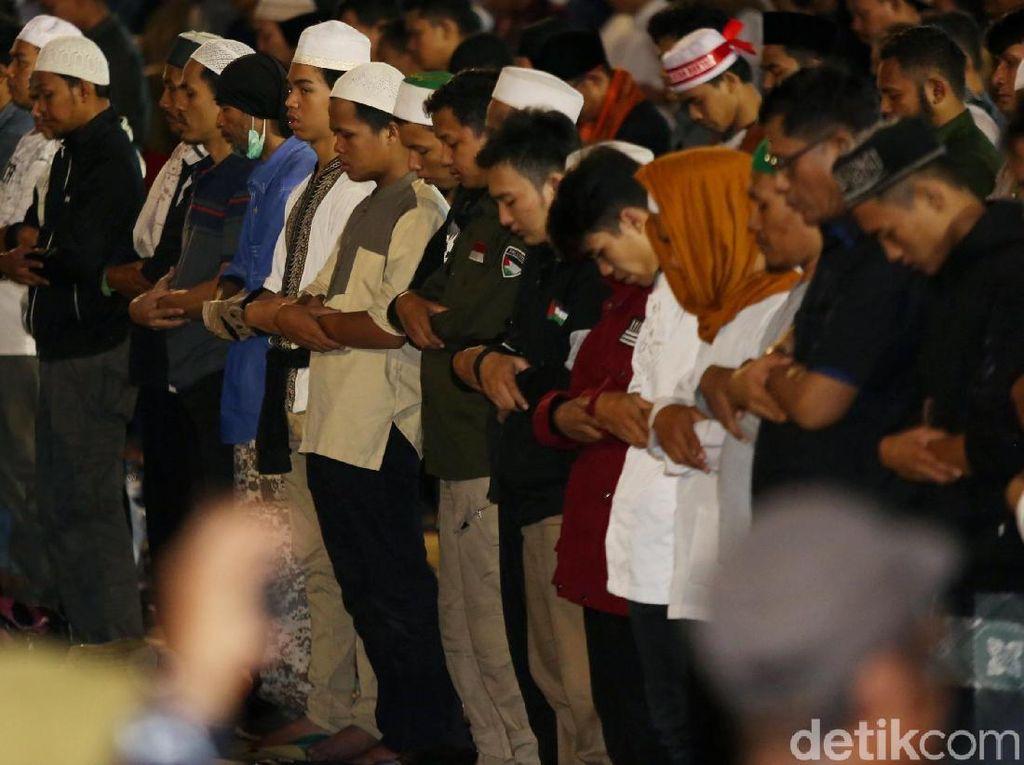 Momen Massa di Bawaslu Salat Maghrib Berjemaah