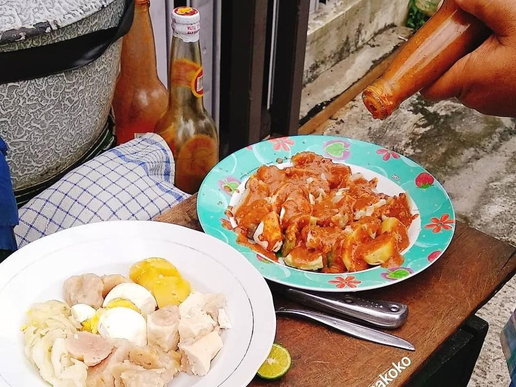 Siomay, tahu, telur rebus, kentang hingga kol. Bumbu kacang pun jadi jodohnya. Foto: Instagram@jajansamakoko