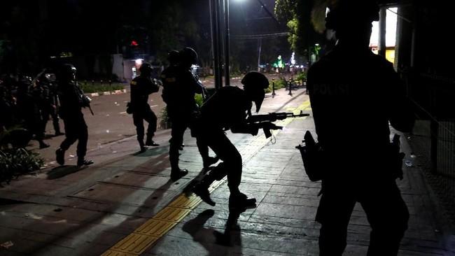 Bentrokan yang pecah dini hari tak berhenti meski datang waktu sahur. Massa masih terus melempari petugas yang merangsek mendesak. (REUTERS/Willy Kurniawan)