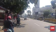 Sekat Kerusuhan, Warga Tutup Jalan Mas Mansyur Pakai Bambu