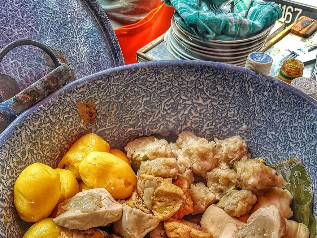 Tukang siomay yang mengukus siomaynya dalam panci lurik memang enak. Lihat saja, selain siomay isiannya ada telur rebus, kentang, tahu putih, tahu cokelat, kol hingga pare. Foto: Instagram@eunike_fooddiary