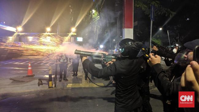 Ricuh di GBK, Polisi Tembakkan Gas Air Mata