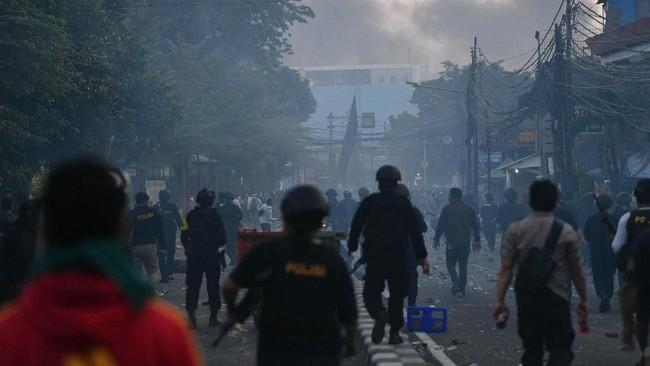Dikutip dari Antara, massa masih berkonsentrasi di sekitar Asrama Brimob, Petamburan, Jakarta Pusat, usai terlibat kerusuhan dengan aparat gabungan, Rabu menjelang waktu subuh. (ANTARA FOTO/Sigid Kurniawan)