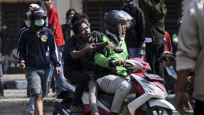 Warga yang terluka dievakuasi saat kerusuhan terjadi di Jalan Jati Baru Raya, Tanah Abang, Jakarta, Rabu (22/5/2019). (ANTARA FOTO/Hafidz Mubarak A)