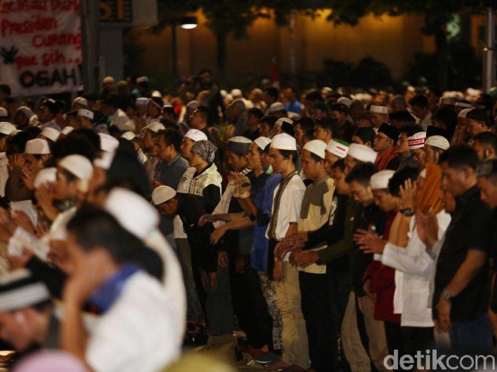 Hingga kini massa masih tetap bertahan di depan gedung Bawaslu.