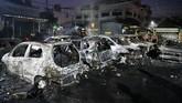 Belum diketahui pihak yang membakar sejumlah mobil di komplek asrama brimob di Petamburan, Jakarta, Rabu (22/5).
