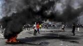Massa membakar ban saat kerusuhan terjadi di Jalan Jati Baru Raya, Tanah Abang, Jakarta, Rabu (22/5/2019). (ANTARA FOTO/Hafidz Mubarak A)