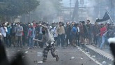 Asrama Brimob, Petamburan, Jakarta Pusat, sempat diserang massa tak dikenal pada Rabu (22/5) dini hari. Petugas membubarkan massa dengan tembakan gas air mata. Gerombolan massa pun memilih bersembunyi di pemukiman dan ada yang bertahan di jalan KS Tubun Raya. (ANTARA FOTO/Sigid Kurniawan)