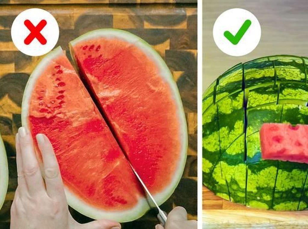 Potong semangka dengan bentuk balok-balok kecil agar lebih mudah dimakan. Foto: Brightside
