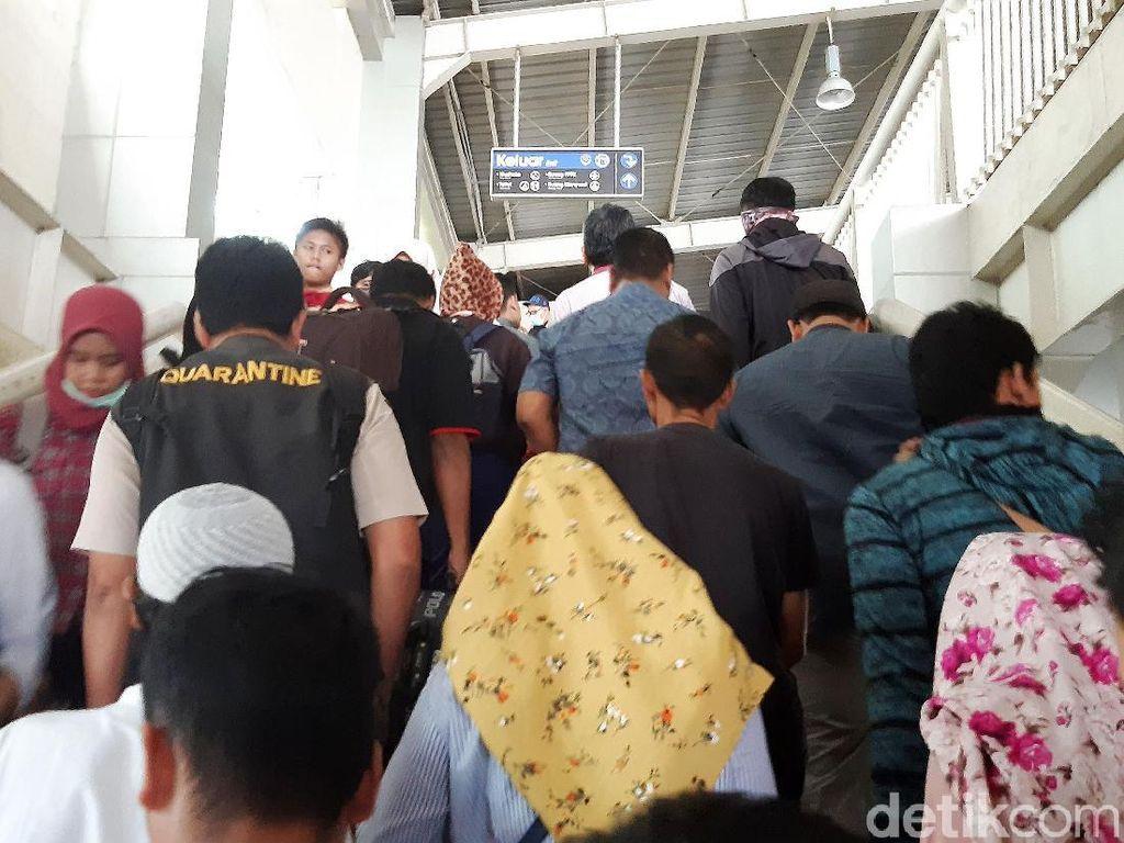 Para pengguna KRL dari arah Serpong hingga Maja yang hendak ke Palmerah dan Tanah Abang berhenti di Stasiun Kebayoran.