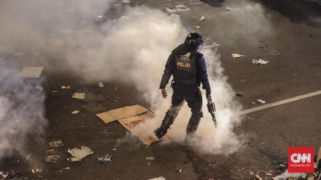 Gas air mata yang dilepaskan berkali-kali tak mampu membuyarkan konsentrasi massa. Asap putih pekat mengepul di jalan-jalan di sekitar lokasi kerusuhan. (CNN Indonesia/Safir Makki)