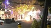 Setelah diperingatkan beberapa kali, massa akhirnya dibubarkan paksa oleh petugas. Dimulai dengan penembakan gas air mata.(BAY ISMOYO/AFP)