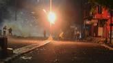 Sejumlah massa melempar bom molotov ke arah petugas kepolisian saat terjadi bentrokan Aksi 22 Mei di kawasan Slipi Jaya, Jakarta, Rabu (22/5). (ANTARA FOTO/Muhammad Adimaja/wsj).