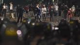 Sejumlah massa menyerang ke arah petugas kepolisian saat terjadi bentrokan Aksi 22 Mei di Jalan Brigjen Katamso, kawasan Slipi, Jakarta, Rabu (22/5). (ANTARA FOTO/M Risyal Hidayat/wsj).