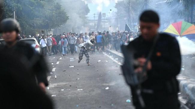 Mereka berusaha mendekat ke Asrama Brimob namun dihalau sejumlah aparat keamanan dan gabungan yang berjaga di sekitar lokasi. (ANTARA FOTO/Sigid Kurniawan)