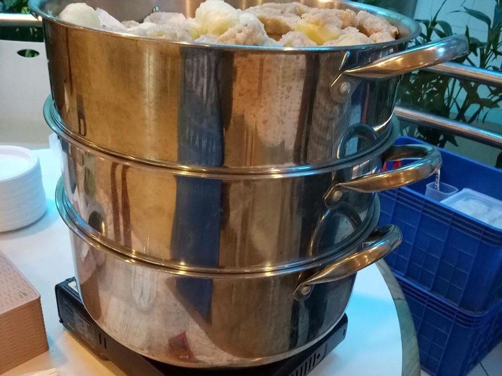 Teksturnya kenyal dengan sensasi rasa gurih. Enak disantap dengan bumbu kacang dan saus sambal. Foto: Instagram@siomaybangyos