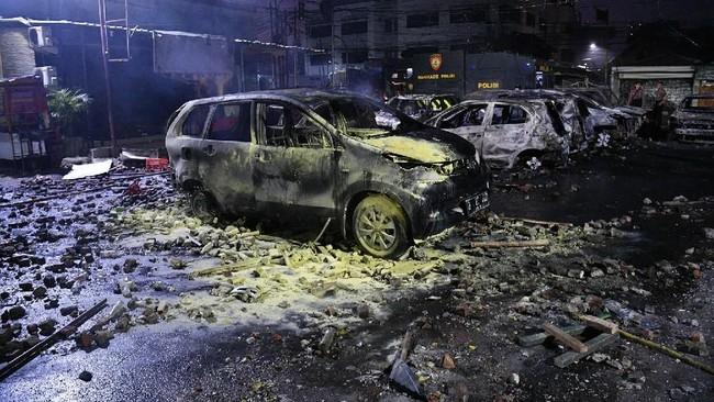 Sejumlah kacah pecah akibat demo rusuh di Komplek Asrama Brimob, Petamburan, Jakarta, Rabu (22/5).