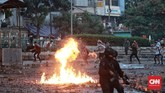 Polisi terus menembakkan gas air mata, namun tidak mujarab. Baru sekitar pukul 01.41 WIB polisi berhasil menguasai persimpangan. Massa bergeser ke jalan Mas Mansyur ke arah Penjernihan. (CNN Indonesia/Andry Novelino)