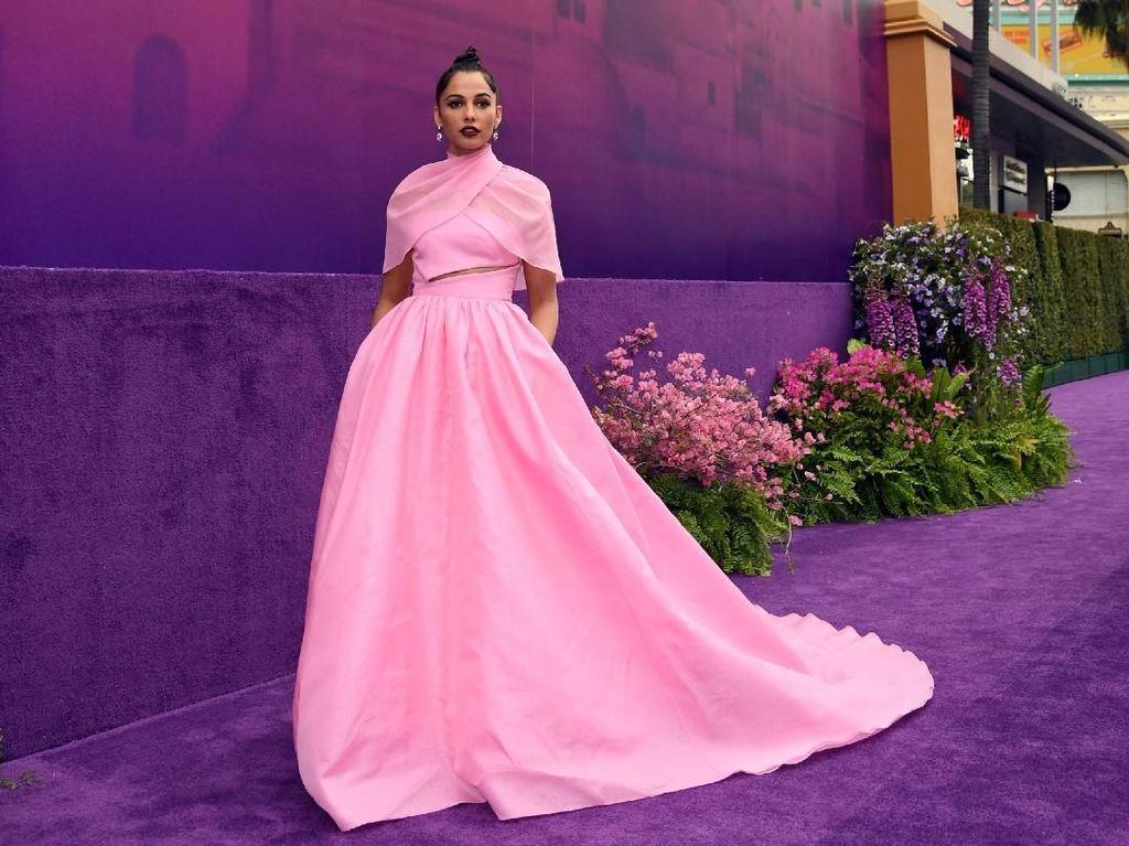 Naomi Scott si Putri Jasmine Pakai Aksesori Karya Desainer Indonesia