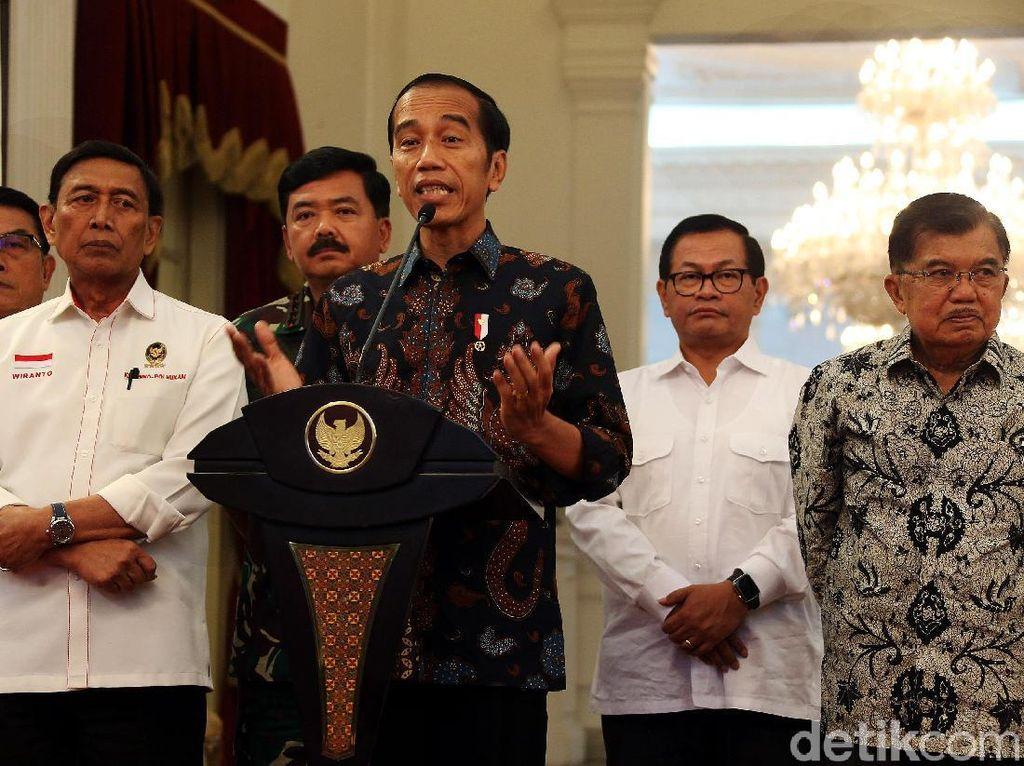 Presiden Joko Widodo didampingi Wakil Presiden Jusuf Kalla dan sejumlah menteri menggelar jumpa pers terkait situasi terkini aksi 22 Mei, di Istana Kepresidenan, Jakarta, Rabu (22/05/2019).