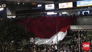 Ricuh di Depan Bawaslu, Massa Bentang Merah Putih di Sarinah
