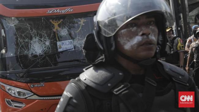 Diketahui, bentrokan terjadi sejak Rabu dini hari terkait dengan hasil rekapitulasi Pemilu 2019. KPU mengumumkan Jokowi-Ma'ruf Amin sebagai pemenang Pilpres 2019. (CNN Indonesia/Adhi Wicaksono)