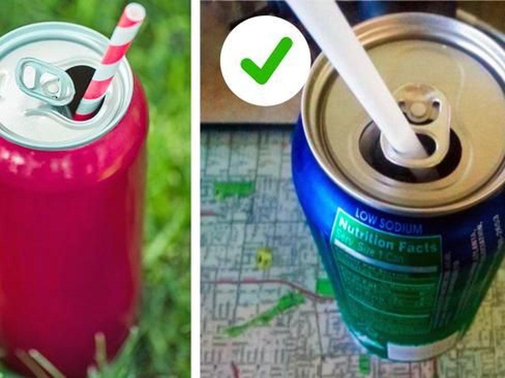 Agar sedotan tidak melayang dalam minuman soda, masukanlah pada lubang pembuka kalengnya. Foto: Brightside