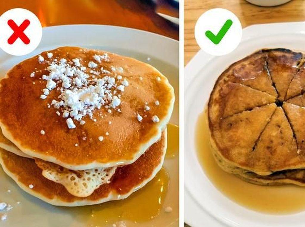 Lubangi tengah pancake agar sirup, madu, atau topping gula meresap ke setiap lembar pancake. Foto: Brightside