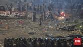 Kerusuhan di Bawaslu memaksa pihak berwenang menambah jumlah personel keamanan. Pasukan dari TNI AD pun dikerahkan. Mereka berbaris di belakang personel Polri yang berhadapan langsung dengan massa. (CNN Indonesia/Adhi Wicaksono)