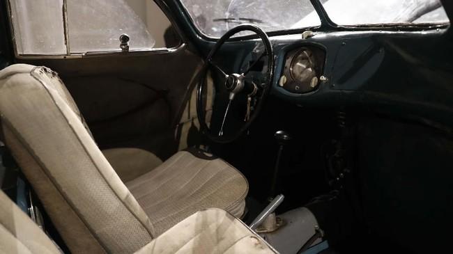Kondisi interior Porsche Type 64 masih orisinal dan terjaga. (AP Photo/Alastair Grant)
