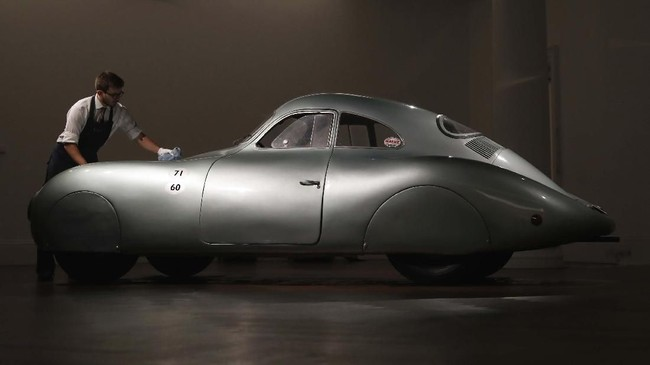 Ini adalah satu-satunya Porsche Type 64 yang merupakan leluhur dari Porsche 365 yang ikonik. (AP Photo/Alastair Grant)